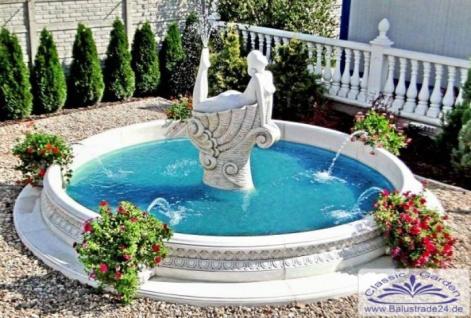 SRS207016 Moderner Gartenbrunnen mit Brunnenskulptur einer Frau auf Muscheldekorelement