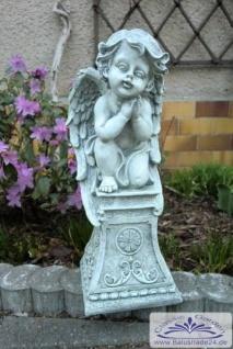 SO-30767 Engel betend auf Sockel sitzend aus Polyresin Kunststoff 38cm