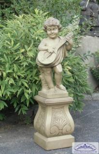 KP-0223 Gartenfigur Putte mit Mandoline auf Sockel KP-0448 in Sonderanfertigung