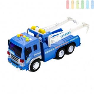 Spielzeug Abschleppwagen 1:16, LKW mit 2 Schwenkarmen je mit Kurbel und Abschlepphaken, Friktionsantrieb, Licht und Ton-Funktion, (L) ca. 26 cm, blau mit weiß