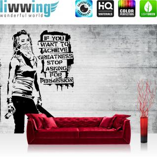 liwwing Vlies Fototapete 416x254cm PREMIUM PLUS Wand Foto Tapete Wand Bild Vliestapete - Illustrationen Tapete Holzwand Holz Wand Frau Spray Kunst Schrift schwarz weiß - no. 2516