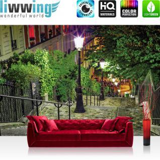 liwwing Vlies Fototapete 416x254cm PREMIUM PLUS Wand Foto Tapete Wand Bild Vliestapete - Stadt Tapete Treppe Laterne Bäume Nacht Stadt bunt - no. 1348