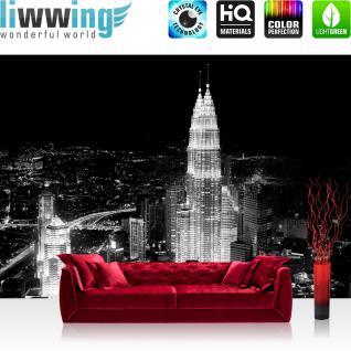 liwwing Vlies Fototapete 400x280 cm PREMIUM PLUS Wand Foto Tapete Wand Bild Vliestapete - Skylines Tapete Petronas Tower Malaysia Lightning Nacht Skyline schwarz - weiß - no. 863