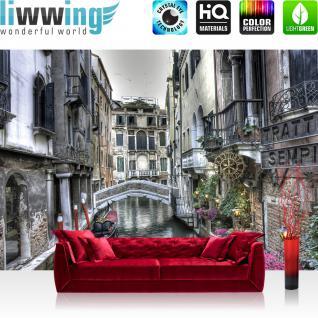 liwwing Vlies Fototapete 208x146cm PREMIUM PLUS Wand Foto Tapete Wand Bild Vliestapete - Venedig Tapete Gondel Wasser Häuser Pflanzen Balkon Brücke grau - no. 1486