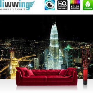 liwwing Vlies Fototapete 400x280 cm PREMIUM PLUS Wand Foto Tapete Wand Bild Vliestapete - Skylines Tapete Petronas Tower Malaysia Lightning Nacht Skyline weiß - no. 852