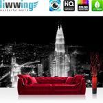 liwwing Vlies Fototapete 350x245 cm PREMIUM PLUS Wand Foto Tapete Wand Bild Vliestapete - Skylines Tapete Petronas Tower Malaysia Lightning Nacht Skyline schwarz - weiß - no. 863