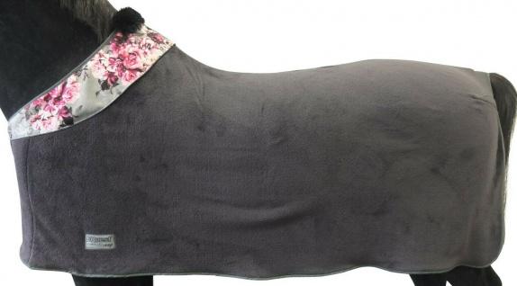 NEU EQuest EQ Style Romance Abschwitzdecke Soft Fleece mit Design Kragen 145 cm