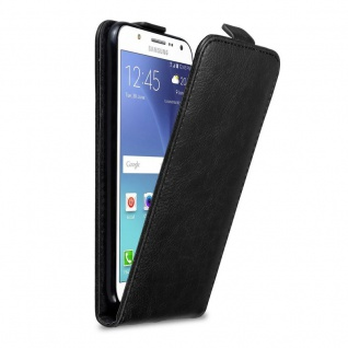 Cadorabo Hülle für Samsung Galaxy J7 2015 in NACHT SCHWARZ Handyhülle im Flip Design mit Magnetverschluss Case Cover Schutzhülle Etui Tasche Book Klapp Style