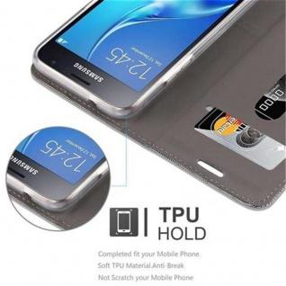 Cadorabo Hülle für Samsung Galaxy J1 2016 in HELL GRAU BRAUN - Handyhülle mit Magnetverschluss, Standfunktion und Kartenfach - Case Cover Schutzhülle Etui Tasche Book Klapp Style - Vorschau 4