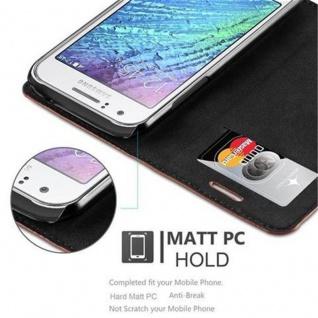 Cadorabo Hülle für Samsung Galaxy J1 2015 in CAPPUCCINO BRAUN - Handyhülle mit Magnetverschluss, Standfunktion und Kartenfach - Case Cover Schutzhülle Etui Tasche Book Klapp Style - Vorschau 5