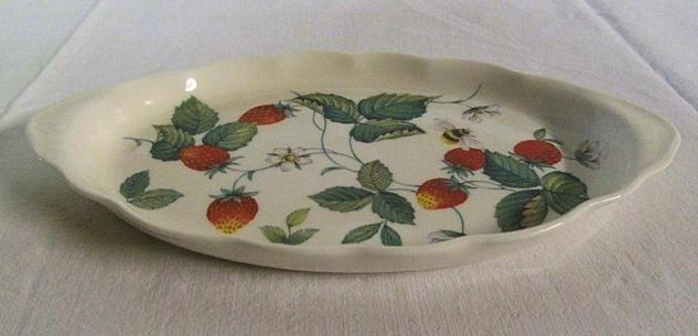 WOHNAMBIENTE Tablett für Zucker- und Milchgefäß Erdbeer- (Strawberry) Geschirr von Roy Kirkham Maße: 25, 5 x 14, 5 cm, h= 2 cm.