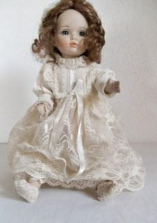WOHNAMBIENTE Puppe Art.-Nr.: M 11 Maße max.: 18 x 28 x 20 cm (BxHxT).