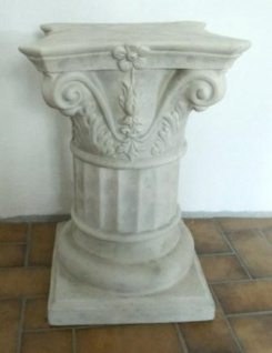 WOHNAMBIENTE Keramik-Säule Art.-Nr.: K 6733 Maße max.: Sockel 33 x 33 cm, Kapitel 35 x 35 cm, Gesamthöhe 54 cm.