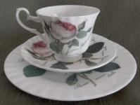 WOHNAMBIENTE Porzellan, Geschirr Art.-Nr.: 901 3-tlg. Gedeck (Tasse, Untertasse, Dessertteller). Maße: Tasse d= 9 cm, h= 7, 5 cm, U-Tasse d= 15 cm, Dessertteller d= 20, 5 cm.