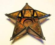 WOHNAMBIENTE Kerzenständer, Kerzenhalter Art.-Nr.: 60927 Maße: d= 19 cm, h= 6, 5 cm, 5-zackiger Stern. Dreieckige orange-rote Glasscheiben mit geometrischem, barockem Muster