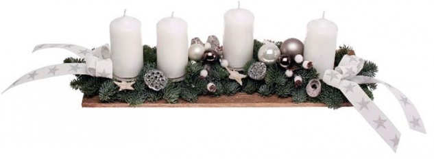 Adventsgesteck echte Tanne weiß  mit 4 Stumpenkerzen, dekoriert