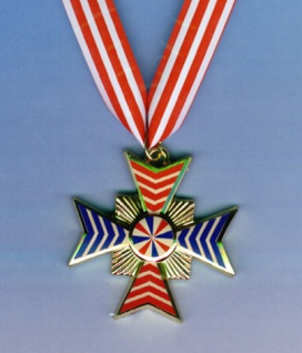 1226 Plastik Orden: Kreuz am Band, blau rot verziert, 53mm breit...