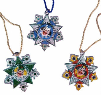 1231 Silberfarbener Orden mit Sternen und Bemalung, rot, 70mm breit, mit Öse, Ring und Kordel