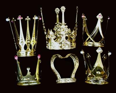 1327 Kronen in 6 verschiedenen Ausführungen, goldfarben, ca. 7, 5cm hoch, 10cm Durchmesser