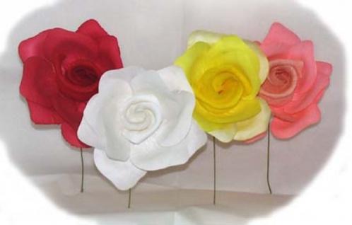 2346 Große Ansteckrose aus Papier, in weiß, rot, rosa und gelb...