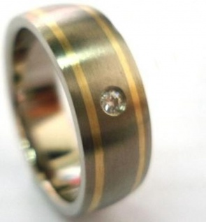 ClassicTitanium Ring mit14 Karat Gold Inlay und Diamant