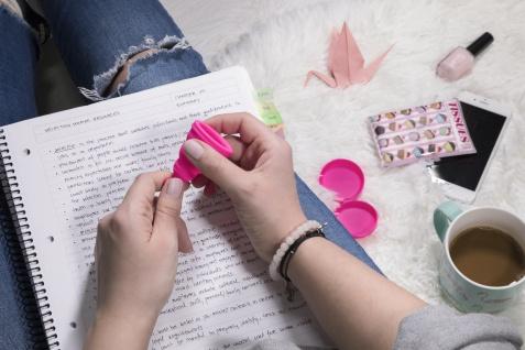 Intimina Lily Cup One, die faltbare Menstruationstasse für Anfängerinnen - Vorschau 5