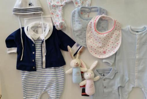 Petit Bateau Kindernachtwäsche, Babyoveralls und Bodies