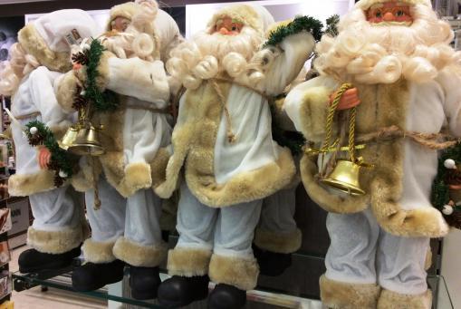 Santas in vielen Ausführungen