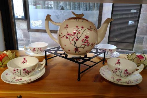 Porzellan Geschirr mit Kirschblüten Dekor