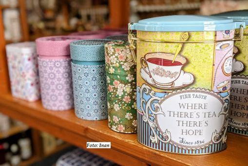 Schöne bunte Tee - Dosen in verschiedenen Formen und Größen