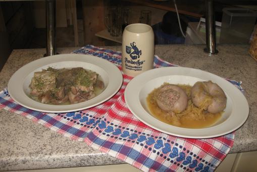 Kesselfleisch oder Blut-Leberwurst mit Kraut und Brot