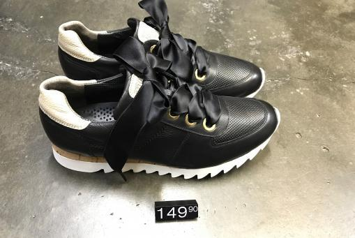 Paul Green - edler Ledersneaker in schwarz mit goldenen Akzenten