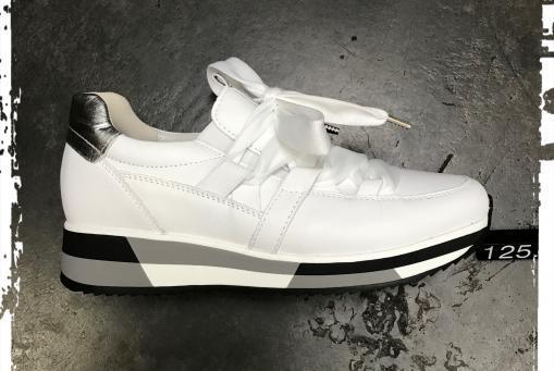 Gabor - markanter Ledersneaker in weiß, mit markanter Sohlengestaltung und Wechselfussbett