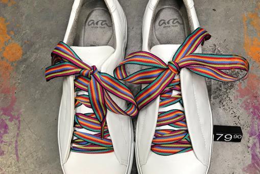 Ara - weißer Ledersneaker mit multifarbenen Senkeln