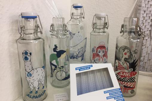 Glasflaschen und Trinkhalme