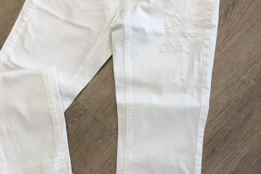 Weiße Jeans von Taifun. Unten ausgefranst und mit Applikationen.
