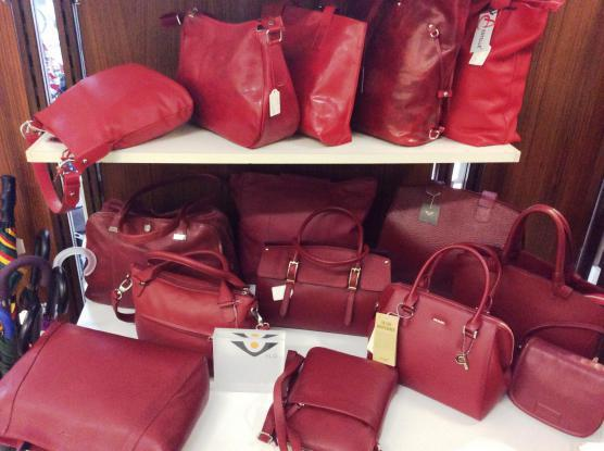 Rote Lederhandtaschen in großer Auswahl. Modelle in allen Größen und Preislagen.