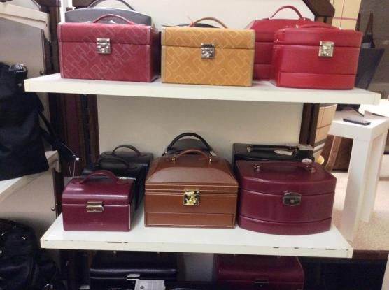 Schmuck- und Uhrenkoffer aus Leder oder Synthetik. Auch mit herausnehmbarem Reiseetui. Viele Farben