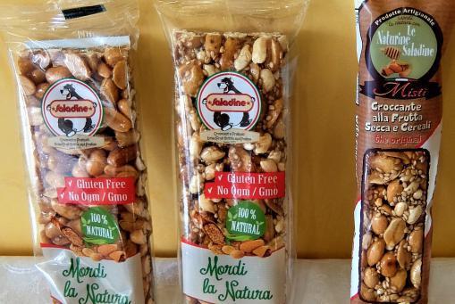 Nussriegel aus gerösteten Erdnüssen, Sesam und mehr