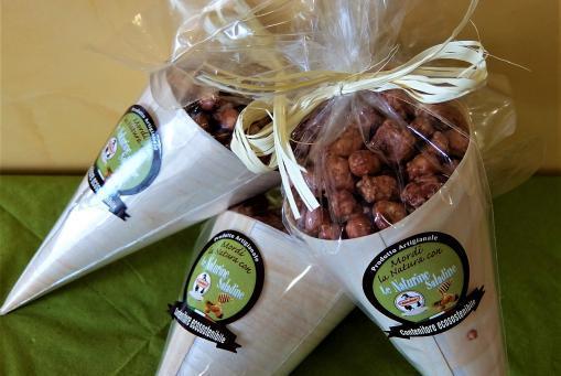 Gebrannte Erdnüsse in der Holztüte