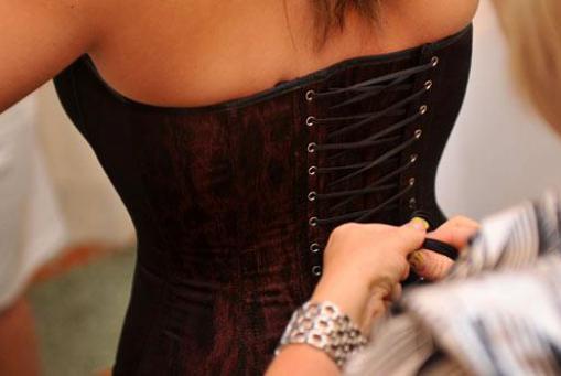 CORSAGEN: Handgefertigte Schnürmieder - lassen Sie sich von unseren Modellen sanft den Atem rauben.