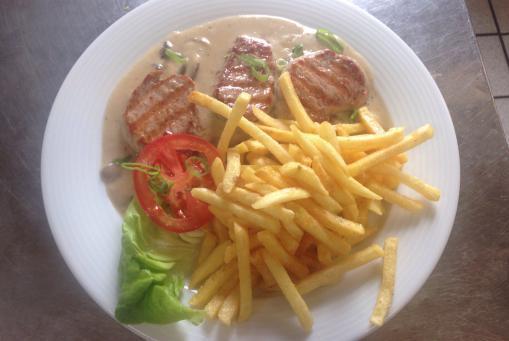 Schweinelendchen in Champignonrahmsoße, und Pommes frites