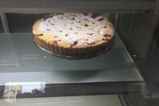 Gedeckter Kuchen mit Früchten